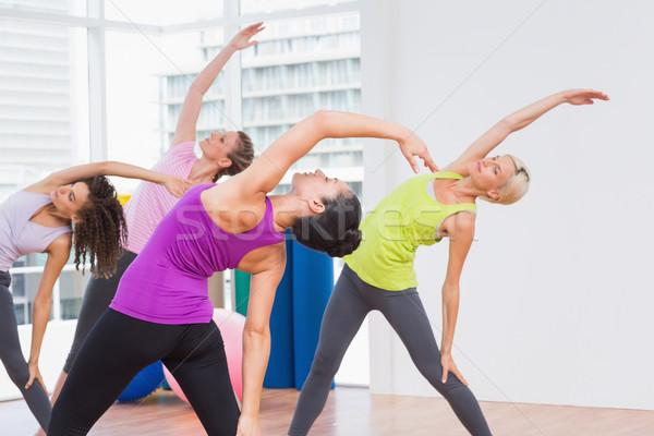 Istruttore femminile amici esercizio palestra Foto d'archivio © wavebreak_media