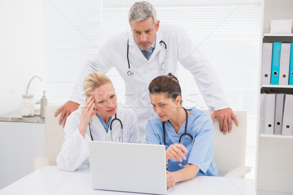 Doktorlar bakıyor dizüstü bilgisayar tıbbi ofis kadın Stok fotoğraf © wavebreak_media