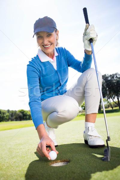 Mosolyog hölgy golfozó térdel zöld napos idő Stock fotó © wavebreak_media