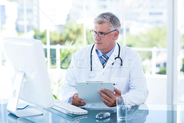 Grave médico de trabajo ordenador escritorio médicos Foto stock © wavebreak_media