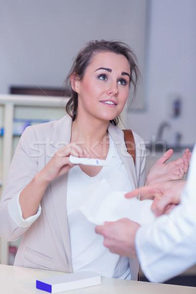 Geschokt vrouw zwangerschaptest apotheek medische Stockfoto © wavebreak_media