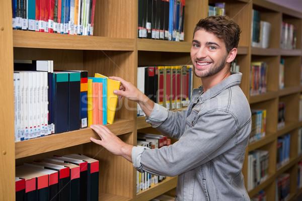 студент книга шельфа библиотека университета Сток-фото © wavebreak_media