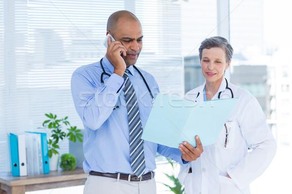 Concentrado médico archivo colega llamando Foto stock © wavebreak_media