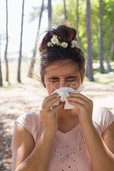 Mujer sufrimiento frío gripe parque nina Foto stock © wavebreak_media