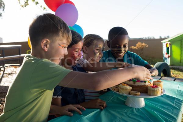счастливым детей еды сладкие блюда парка сидят Сток-фото © wavebreak_media