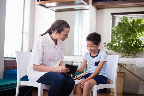 Női terapeuta néz fiú digitális tabletta Stock fotó © wavebreak_media