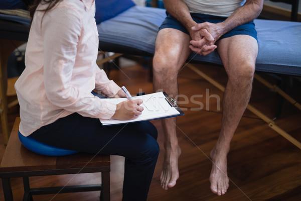 Widoku kobiet terapeuta piśmie schowek Zdjęcia stock © wavebreak_media