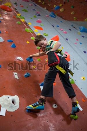 Determinado menino escalada fitness estúdio Foto stock © wavebreak_media