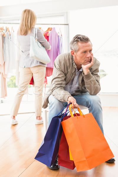 Unatkozik férfi vár vásárlás nő ruházat Stock fotó © wavebreak_media