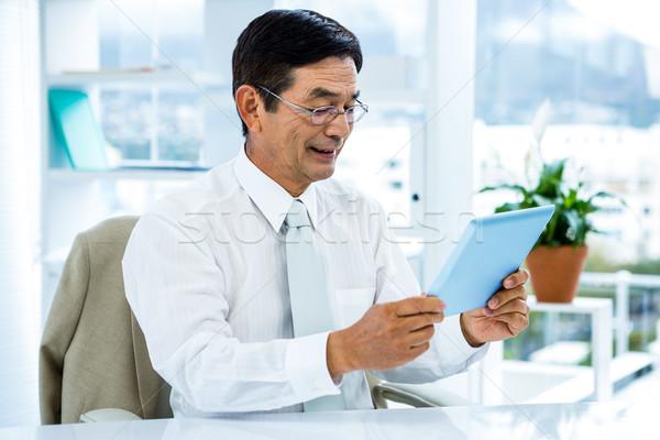 Foto stock: Sorridente · asiático · empresário · comprimido · escritório · feliz
