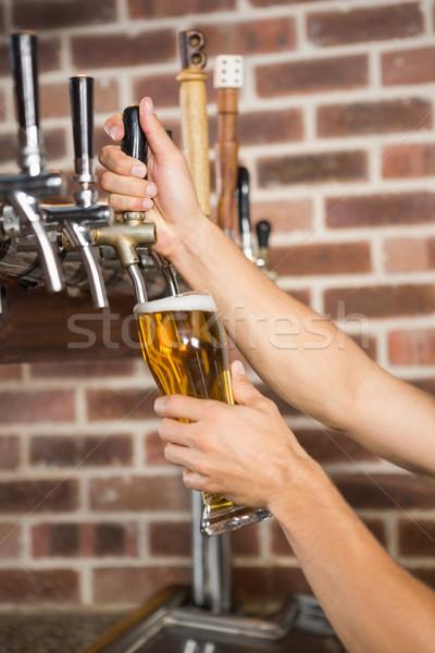 Jóképű csapos áramló pint sör kocsma Stock fotó © wavebreak_media