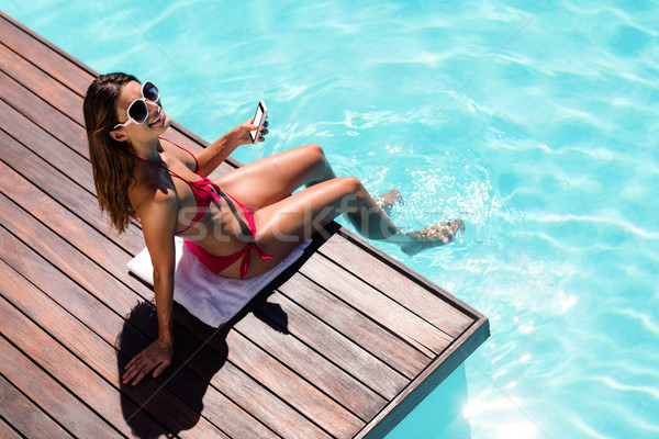 Kobieta smartphone basen krawędź telefonu Zdjęcia stock © wavebreak_media