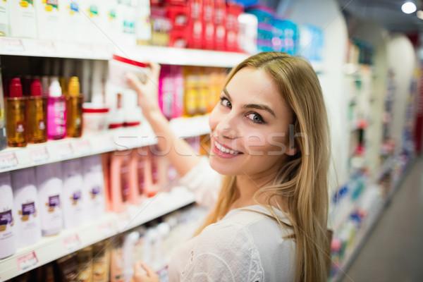 Mosolyog szőke nő pózol szőlőszüret termék élelmiszerbolt Stock fotó © wavebreak_media