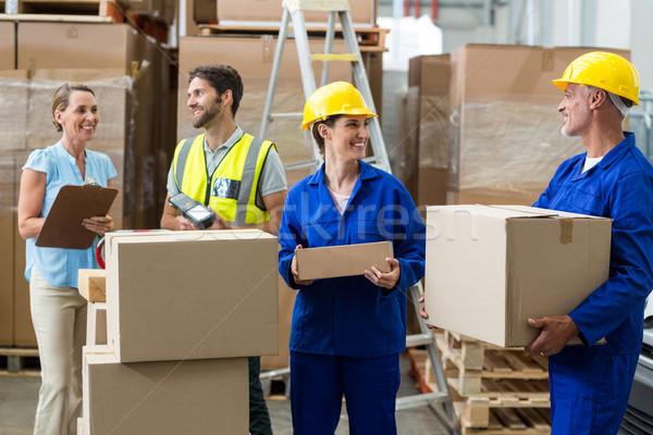 Pracowników pola magazynu kobieta polu Zdjęcia stock © wavebreak_media