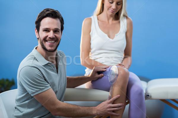Megvizsgál női térd férfi boldog ül Stock fotó © wavebreak_media