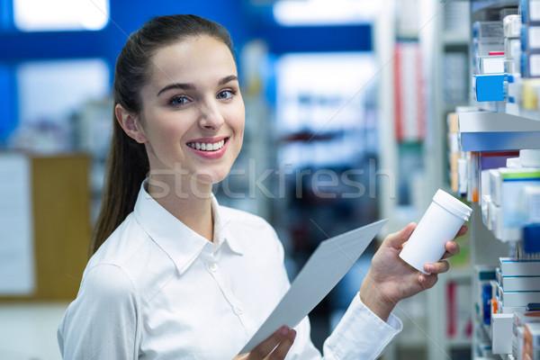 Gyógyszerész tart recept gyógyszer portré gyógyszertár Stock fotó © wavebreak_media