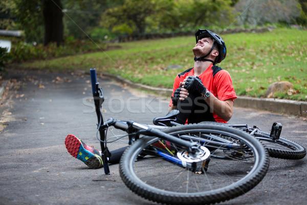 Masculino ciclista ferido queda mountain bike parque Foto stock © wavebreak_media