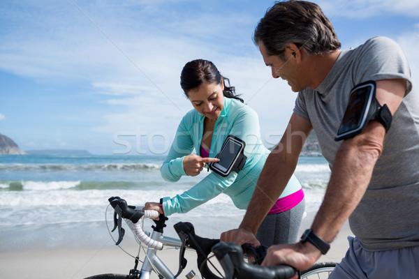 Pár dől bicikli mobiltelefon tengerpart nő Stock fotó © wavebreak_media
