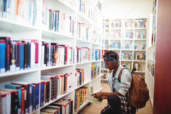 Aluna livro biblioteca escolas Foto stock © wavebreak_media