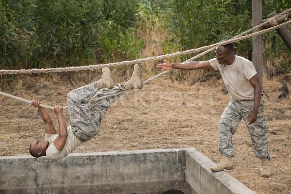 Militaire soldaten klimmen touw opleiding Stockfoto © wavebreak_media