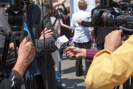 Tv interview journalist microfoon handen Stockfoto © wellphoto