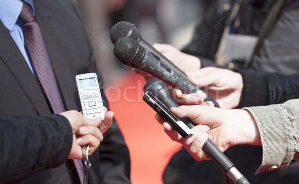 Media interview verslaggever hand televisie microfoon Stockfoto © wellphoto