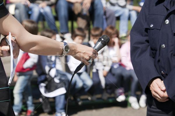 Stockfoto: Interview · politieagent · televisie · krant · microfoon · nieuws