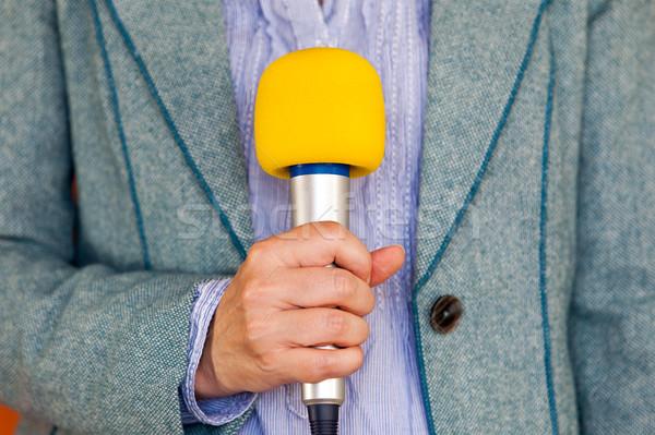 újságíró hírek riporter tart mikrofon média Stock fotó © wellphoto
