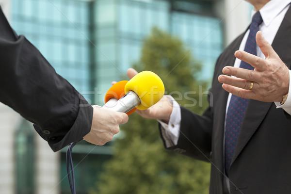Zakenman hand televisie microfoon pak Stockfoto © wellphoto