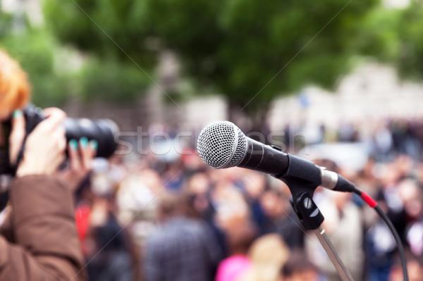 Microfoon focus wazig vrouwelijke fotograaf werk Stockfoto © wellphoto