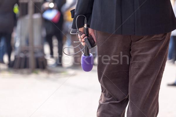 Riporter tart mikrofon újságíró vár interjú Stock fotó © wellphoto