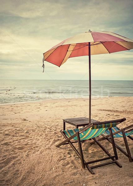 Cadeiras de praia estilo retro cadeiras guarda-chuva praia água Foto stock © winnond