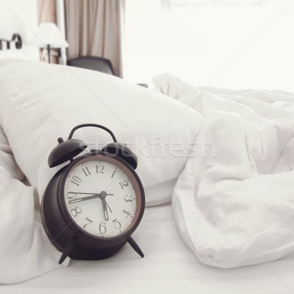 Manhã quarto relógio cama retro cor Foto stock © winnond
