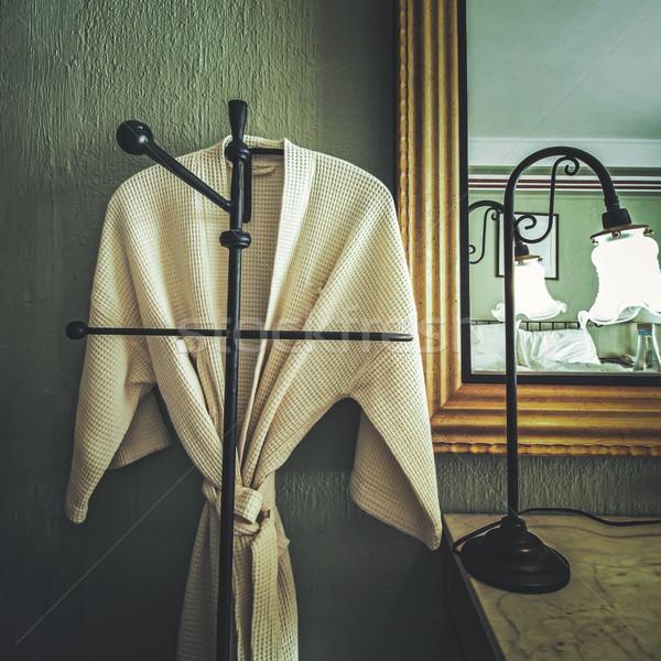 Kąpielowy szlafrok wiszący pokój vintage stylu hotel Zdjęcia stock © winnond
