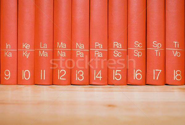 Enciclopédia prateleira de livros fechar ver vermelho Foto stock © winterling