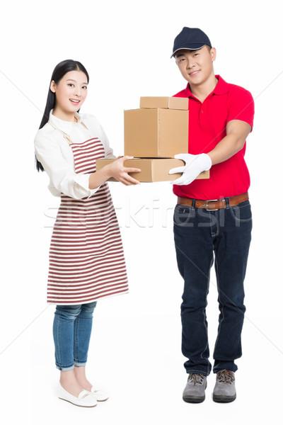 Vrouw ontvangst pakketdienst jonge koerier pakket Stockfoto © wxin