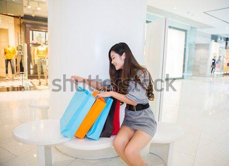 Stock fotó: Fiatal · nő · pláza · hordoz · bevásárlótáskák · mosolyog · bevásárlóközpont
