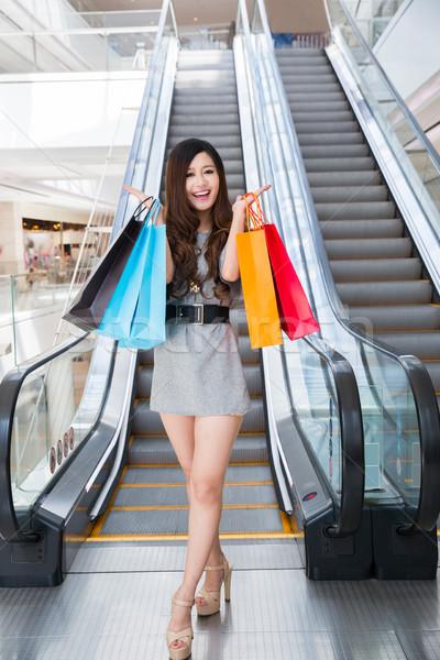 Stock fotó: Gyönyörű · fiatal · nő · pláza · tart · bevásárlótáskák · áll
