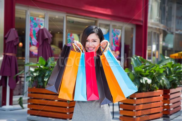 Izgatott vásárlás nő tart bevásárlótáskák város Stock fotó © wxin