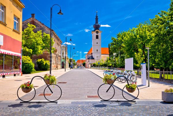 Ville vélos vue sur la rue région ciel maison Photo stock © xbrchx