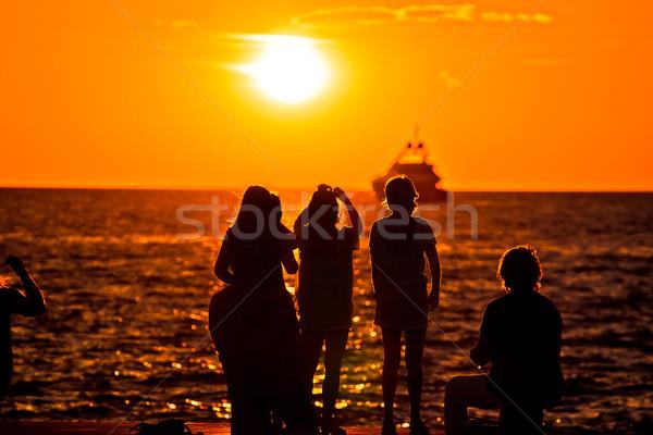 Mensen silhouetten gouden zonsondergang zee jacht Stockfoto © xbrchx