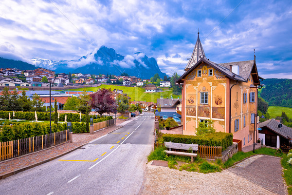 Idyllique alpine ville architecture montagnes vue Photo stock © xbrchx