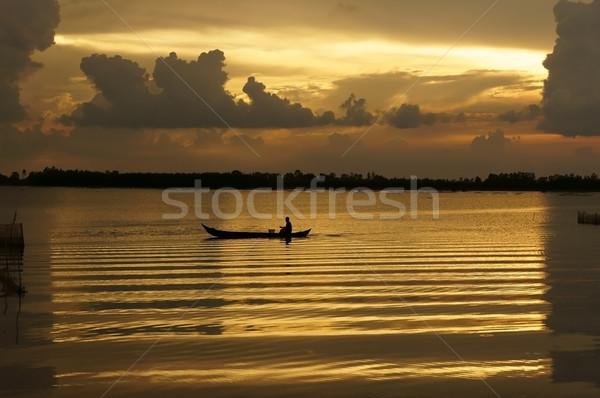 Emberek csetepaté csónak folyó napfelkelte evezés Stock fotó © xuanhuongho