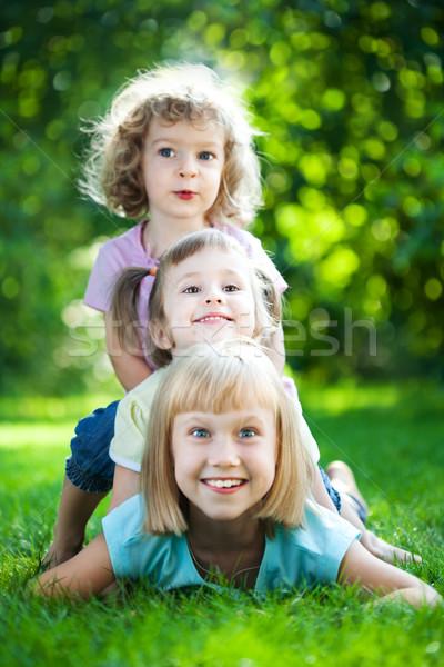 Foto stock: Crianças · piquenique · grupo · feliz · jogar · ao · ar · livre