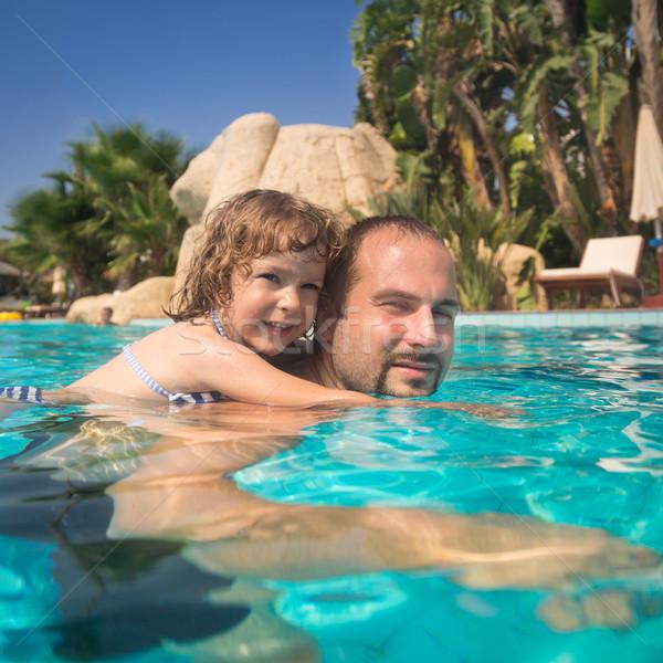 Nino padre piscina familia feliz jugando verano Foto stock © Yaruta
