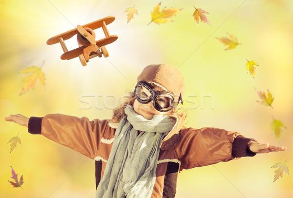 Feliz nino jugando juguete avión juguete de madera Foto stock © Yaruta