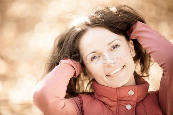 Stockfoto: Portret · glimlachende · vrouw · gelukkig · jonge · vrouw · buitenshuis
