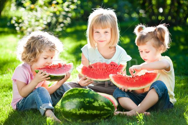 Foto stock: Ninos · picnic · grupo · feliz · comer · sandía