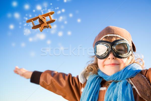 Foto stock: Feliz · criança · jogar · brinquedo · avião · inverno