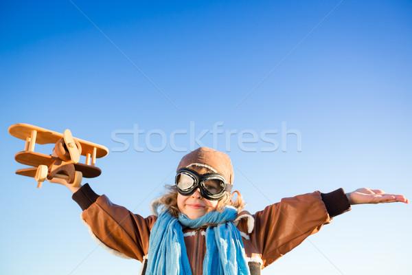 Foto stock: Feliz · criança · jogar · brinquedo · avião · blue · sky
